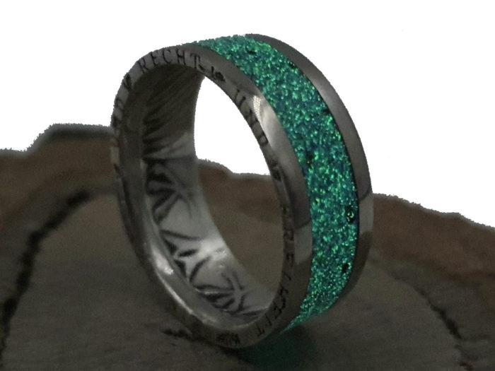 Münzring, aus 5 DM Silbermünze / leuchtet im Dunkeln Grün / personalisierbar
