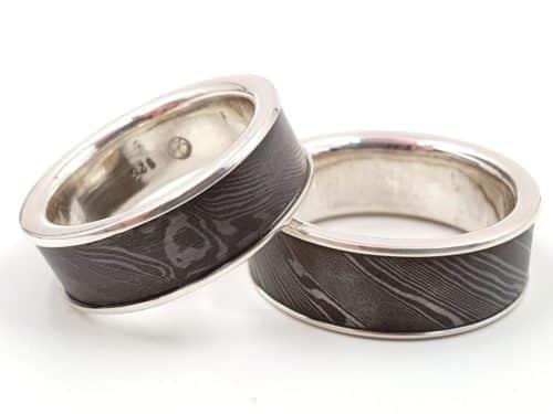 Partnerringe aus Damaszener Stahl kombiniert mit massivem Silber personalisierbar