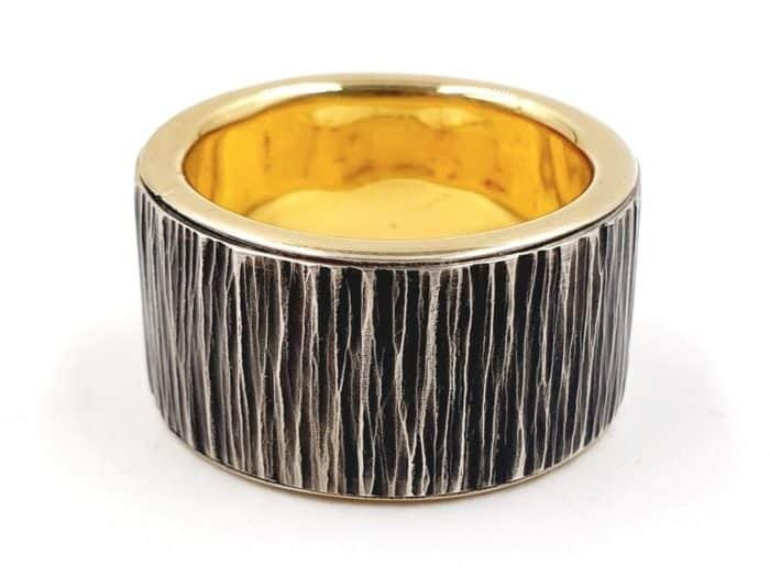 Silberring in Baumrindenoptik mit Goldeinlage