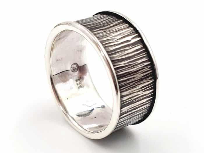 Silberring in Baumrindenoptik mit personalisierter Gravur